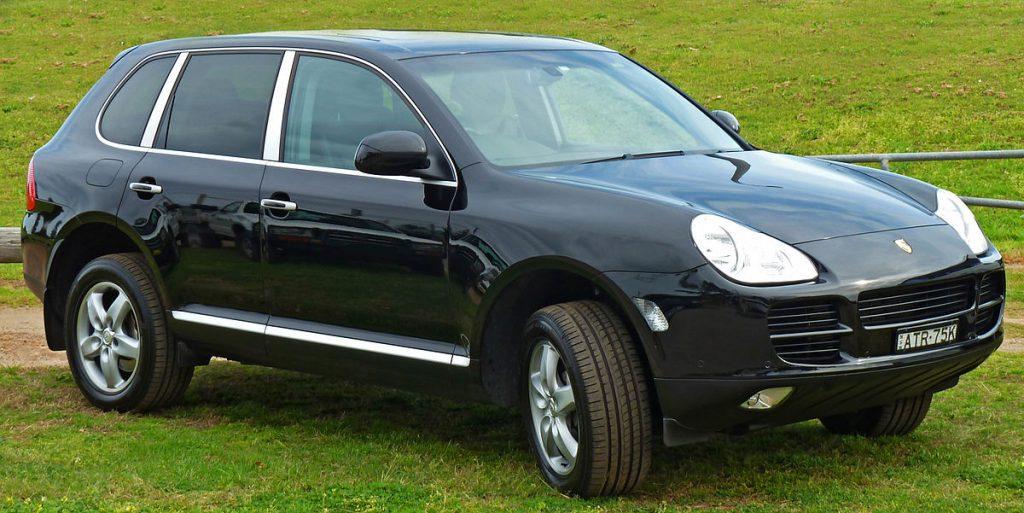 1200px-2003-2006_Porsche_Cayenne_9PA_S_wagon_01-1024x513